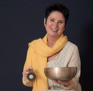 Martina Frietsch, Yogalehrerin, Klangmassagepraktikerin, Entspannungskursleiterin und Meditationskursleiterin.