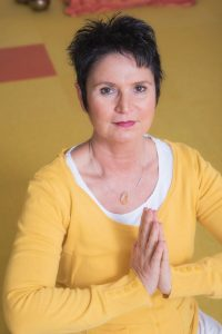 Martina Frietsch, Yogalehrerin, Klangmassagepraktikerin, Entspannungskursleiterin und Meditationskursleiterin